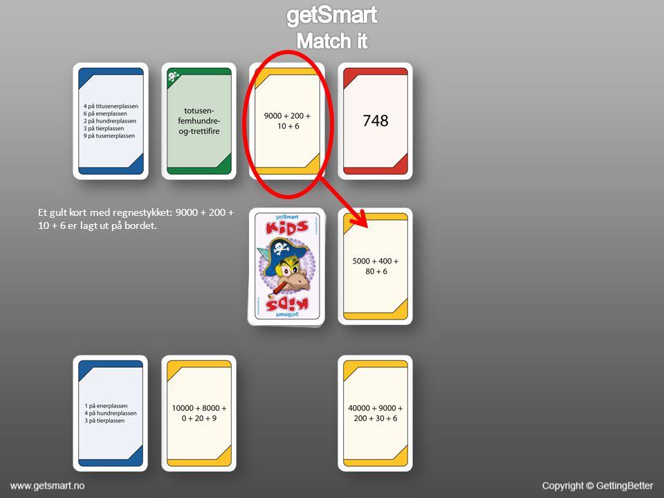 Et gult kort med regnestykket: 9000 + 200 + 10 + 6 er lagt ut på bordet.