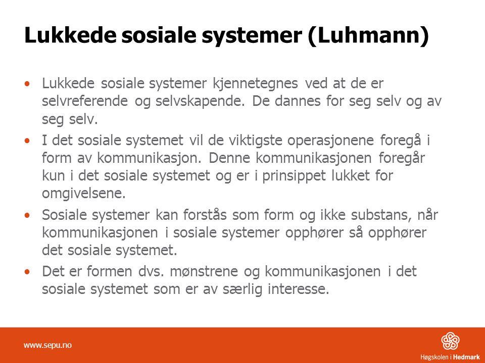 Lukkede sosiale systemer (Luhmann) Lukkede sosiale systemer kjennetegnes ved at de er selvreferende og selvskapende. De dannes for seg selv og av seg