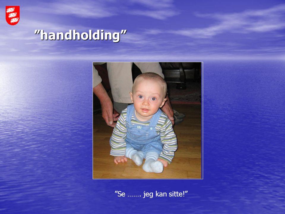 """""""handholding"""" """"Se ……. jeg kan sitte!"""""""