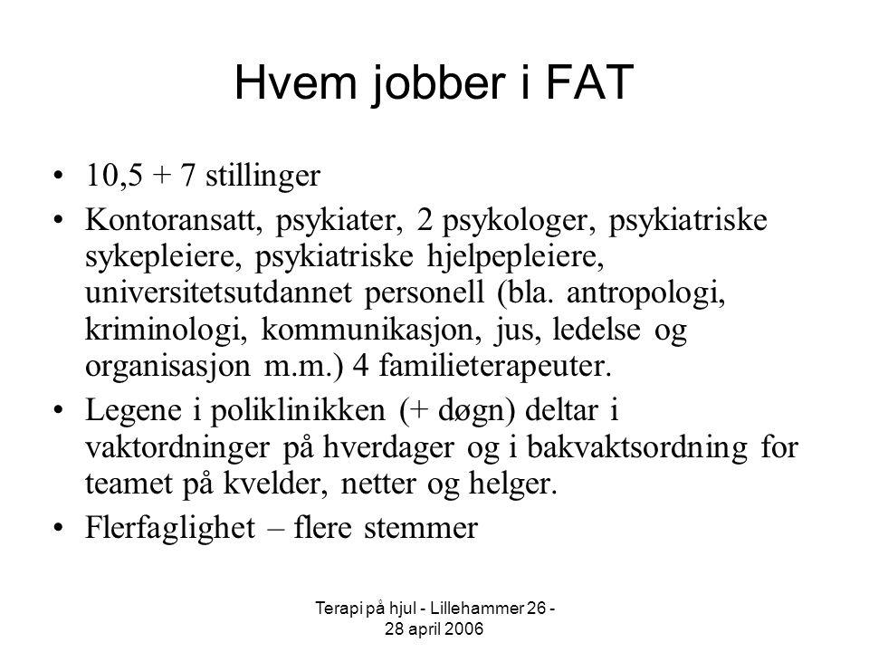 Terapi på hjul - Lillehammer 26 - 28 april 2006 Hvem jobber i FAT 10,5 + 7 stillinger Kontoransatt, psykiater, 2 psykologer, psykiatriske sykepleiere,