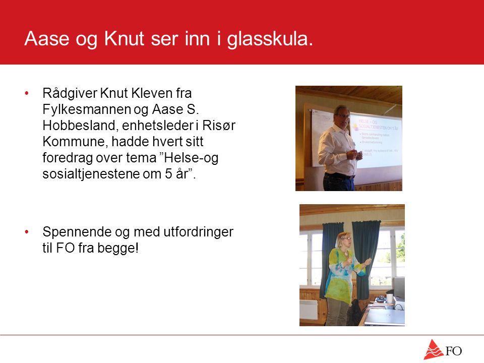 Aase og Knut ser inn i glasskula.Rådgiver Knut Kleven fra Fylkesmannen og Aase S.