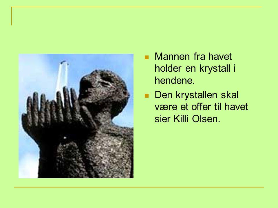 Mannen fra havet holder en krystall i hendene. Den krystallen skal være et offer til havet sier Killi Olsen.