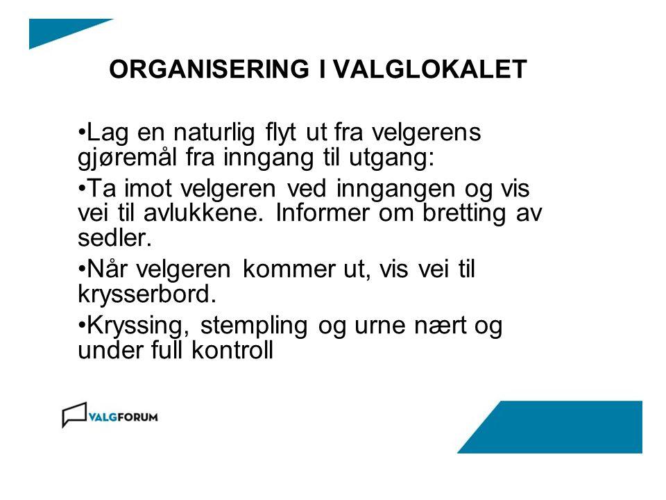ORGANISERING I VALGLOKALET Lag en naturlig flyt ut fra velgerens gjøremål fra inngang til utgang: Ta imot velgeren ved inngangen og vis vei til avlukkene.