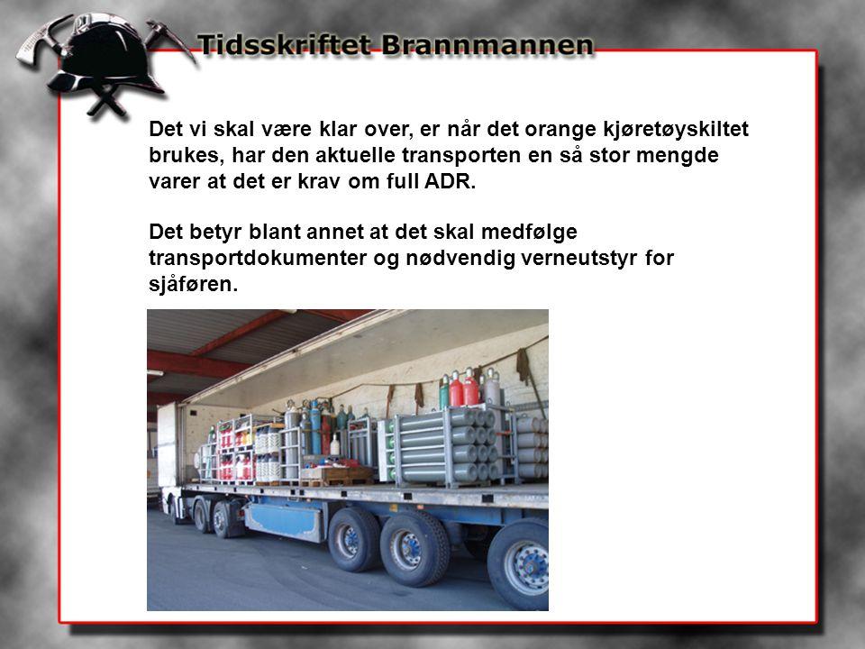 Det vi skal være klar over, er når det orange kjøretøyskiltet brukes, har den aktuelle transporten en så stor mengde varer at det er krav om full ADR.