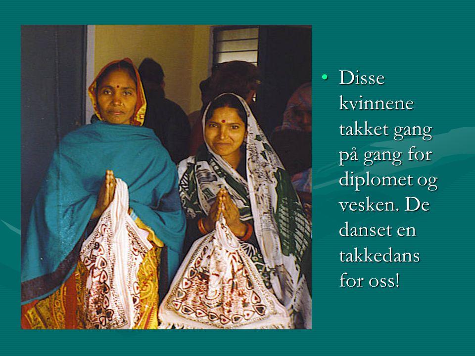 Disse kvinnene takket gang på gang for diplomet og vesken.