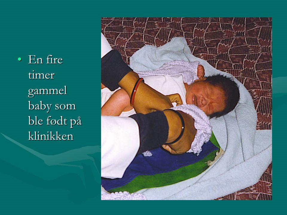 En fire timer gammel baby som ble født på klinikkenEn fire timer gammel baby som ble født på klinikken