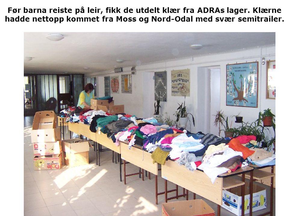 Før barna reiste på leir, fikk de utdelt klær fra ADRAs lager. Klærne hadde nettopp kommet fra Moss og Nord-Odal med svær semitrailer.