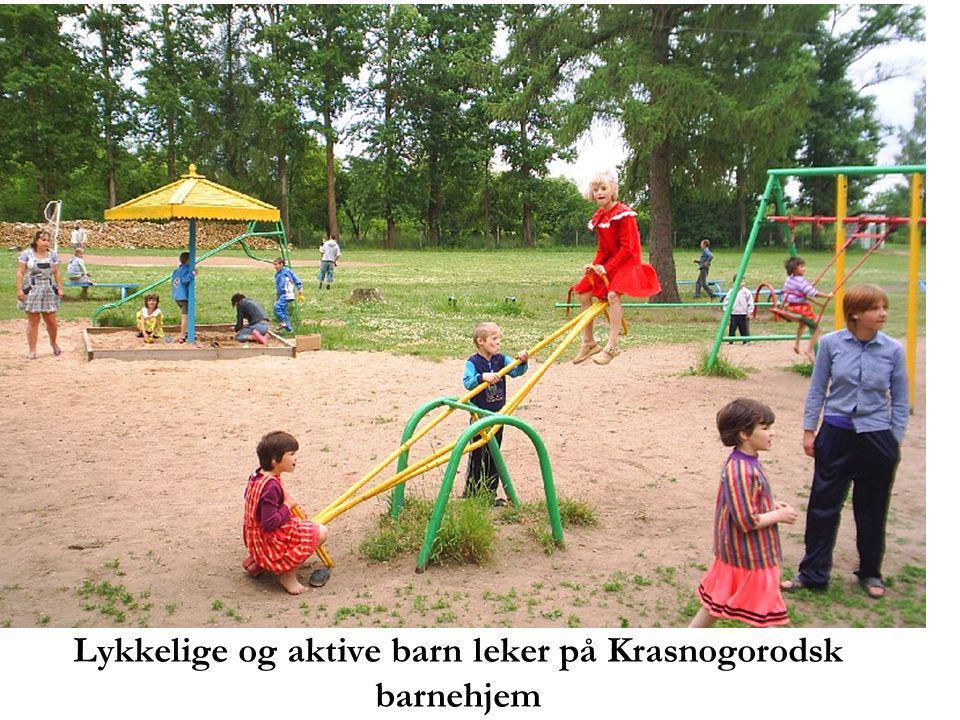 Lykkelige og aktive barn leker på Krasnogorodsk barnehjem