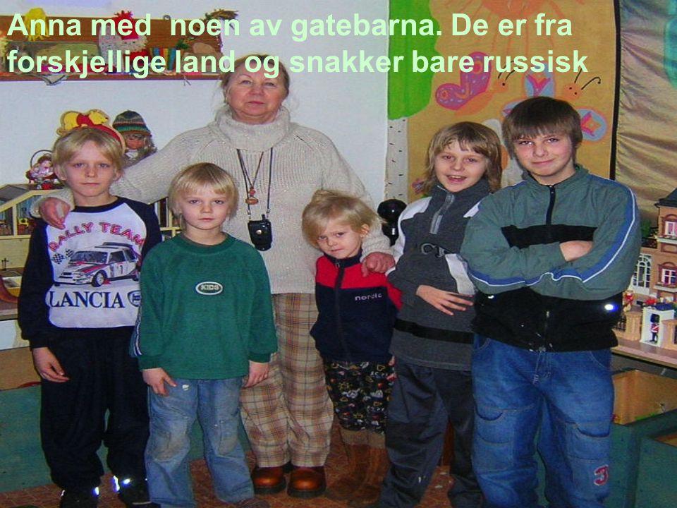 Anna med noen av gatebarna. De er fra forskjellige land og snakker bare russisk