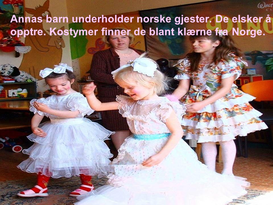 Annas barn underholder norske gjester. De elsker å opptre. Kostymer finner de blant klærne fra Norge.