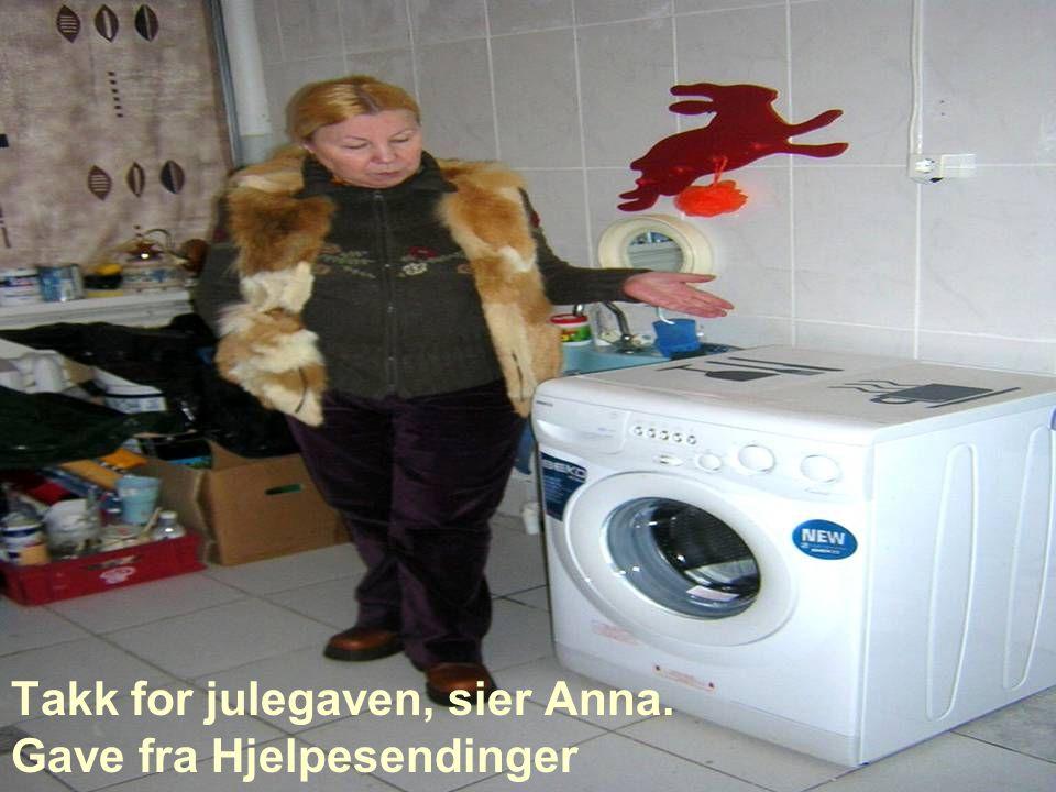 Takk for julegaven, sier Anna. Gave fra Hjelpesendinger