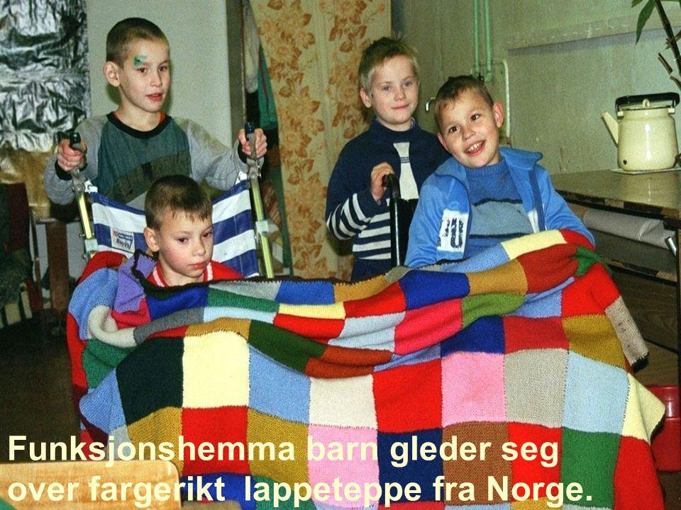 Funksjonshemma barn gleder seg over fargerikt lappeteppe fra Norge.