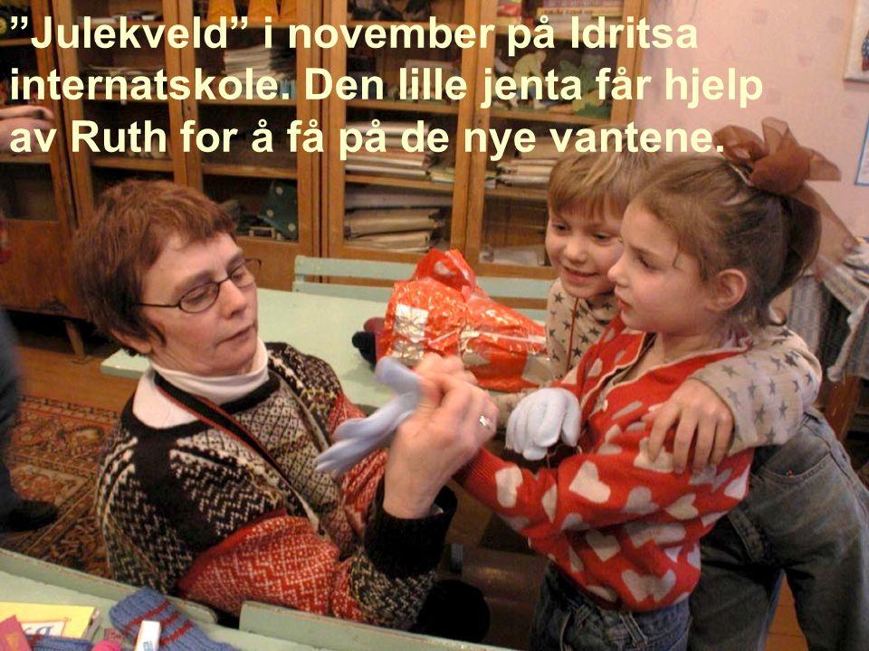 """""""Julekveld"""" i november på Idritsa internatskole. Den lille jenta får hjelp av Ruth for å få på de nye vantene."""