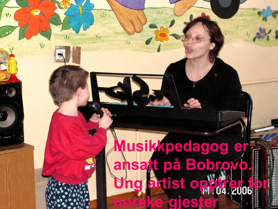 Musikkpedagog er ansatt på Bobrovo. Ung artist opptrer for norske gjester