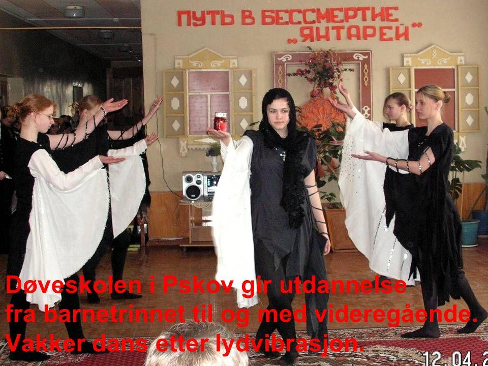 Døveskolen i Pskov gir utdannelse fra barnetrinnet til og med videregående. Vakker dans etter lydvibrasjon.