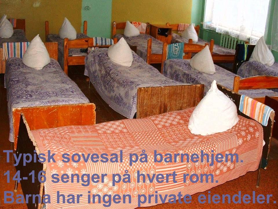Typisk sovesal på barnehjem. 14-16 senger på hvert rom. Barna har ingen private eiendeler.