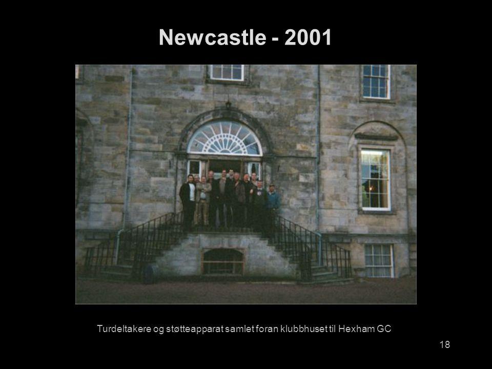 18 Turdeltakere og støtteapparat samlet foran klubbhuset til Hexham GC Newcastle - 2001