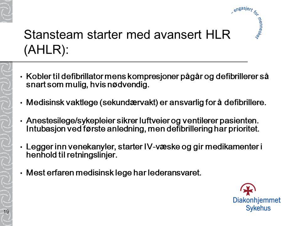 19 Stansteam starter med avansert HLR (AHLR): Kobler til defibrillator mens kompresjoner p å g å r og defibrillerer s å snart som mulig, hvis n ø dven