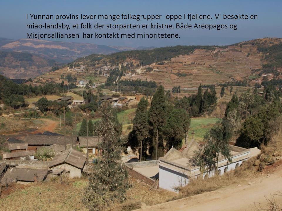 I Yunnan provins lever mange folkegrupper oppe i fjellene. Vi besøkte en miao-landsby, et folk der storparten er kristne. Både Areopagos og Misjonsall