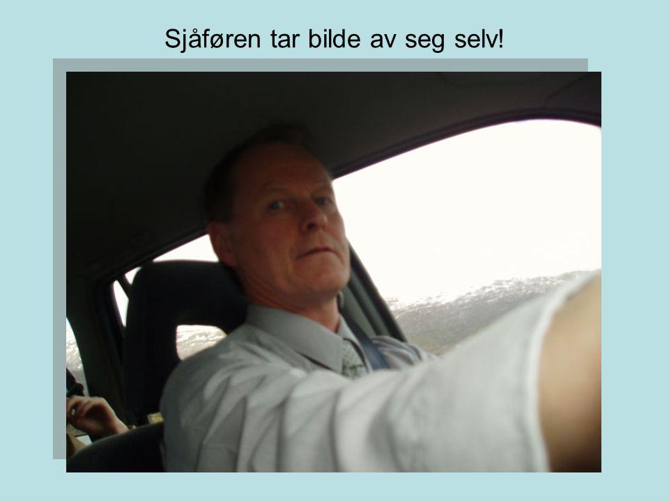 Sjåføren tar bilde av seg selv!