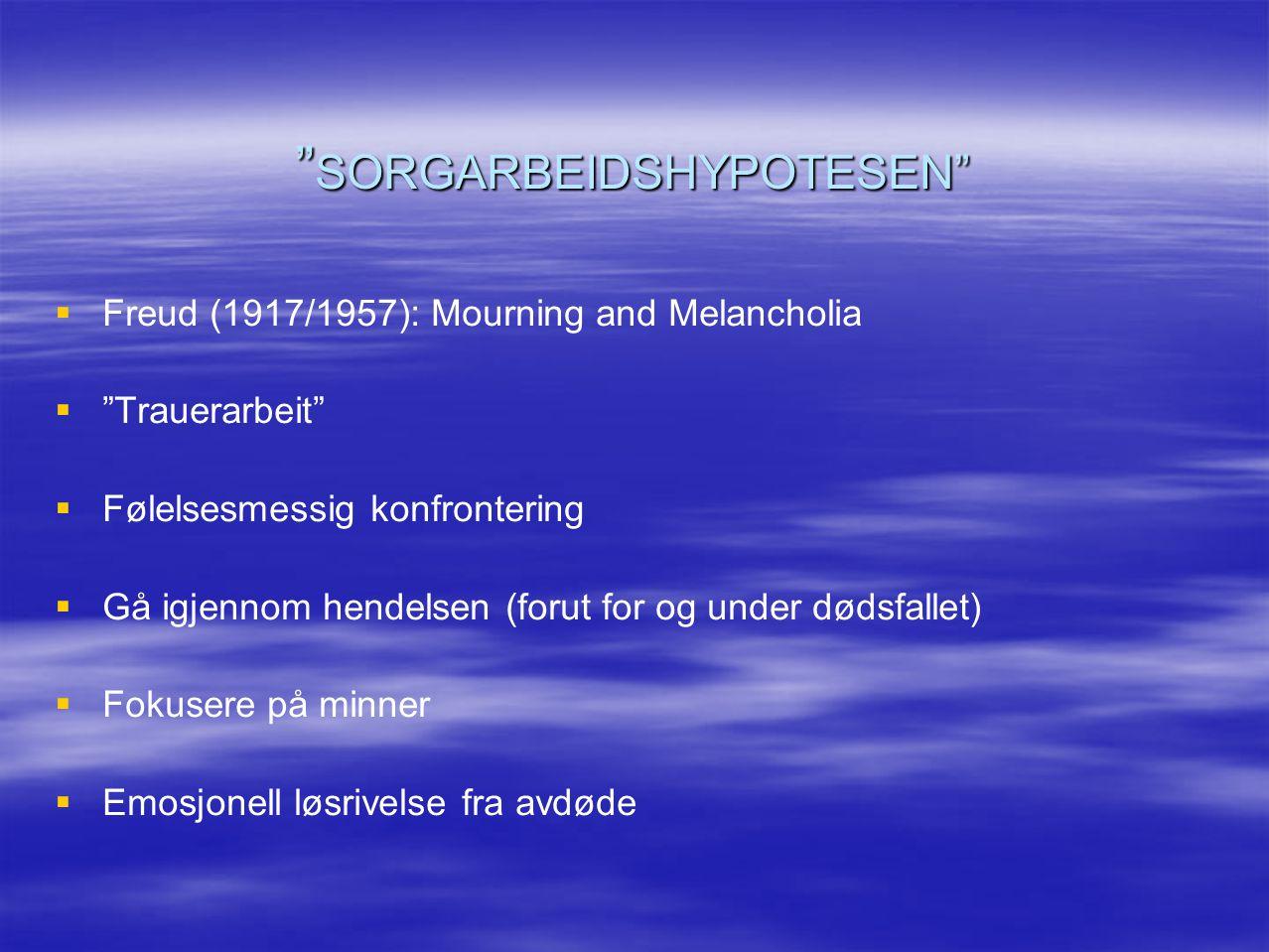 """"""" SORGARBEIDSHYPOTESEN""""   Freud (1917/1957): Mourning and Melancholia   """"Trauerarbeit""""   Følelsesmessig konfrontering   Gå igjennom hendelsen"""