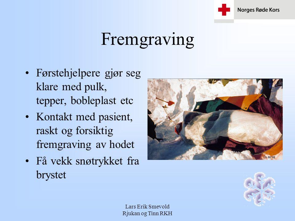 Lars Erik Smevold Rjukan og Tinn RKH Fremgraving Konstant overvåking av pasienten Pasienten er i snøen har han god isolasjon Straks snøen er fjernet synker temperaturen raskt Pasienten kan ha store mekaniske skader