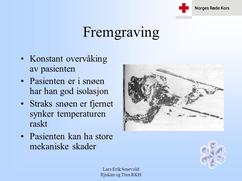 Lars Erik Smevold Rjukan og Tinn RKH Fremgraving Konstant overvåking av pasienten Pasienten er i snøen har han god isolasjon Straks snøen er fjernet s
