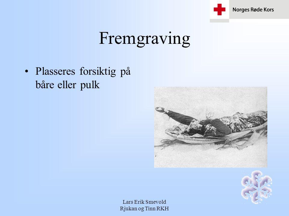 Lars Erik Smevold Rjukan og Tinn RKH Fremgraving Plasseres forsiktig på båre eller pulk