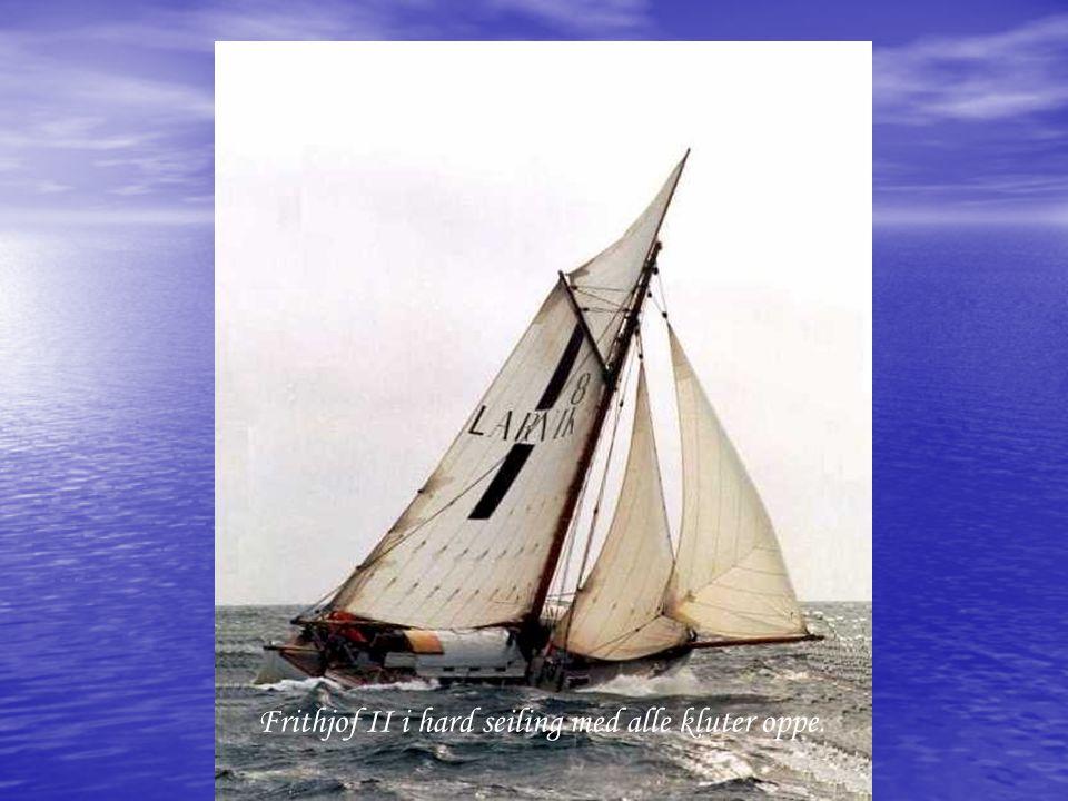 Frithjof II i hard seiling med alle kluter oppe.