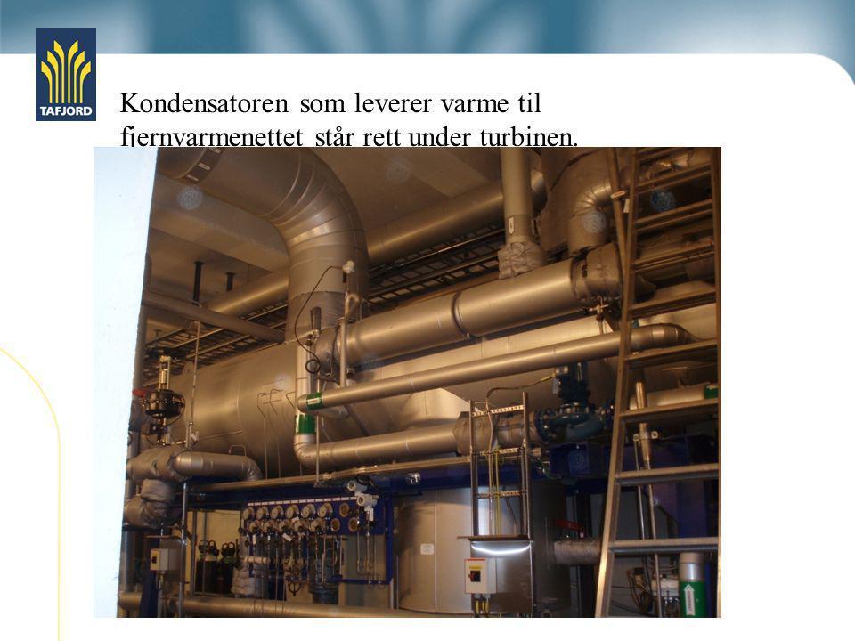 Kondensatoren som leverer varme til fjernvarmenettet står rett under turbinen. Vi kan også kjøre dampen utenom turbinen og til kondensatoren.