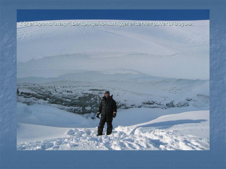 I år er isgrotta stengt . Der åpningen normalt ligger er det helt pakket av is og snø.