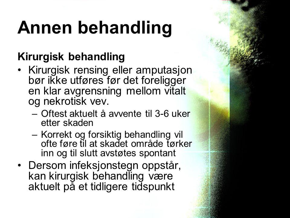 Annen behandling Kirurgisk behandling Kirurgisk rensing eller amputasjon bør ikke utføres før det foreligger en klar avgrensning mellom vitalt og nekr