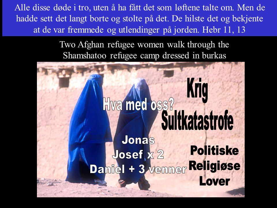 Two Afghan refugee women walk through the Shamshatoo refugee camp dressed in burkas Alle disse døde i tro, uten å ha fått det som løftene talte om. Me