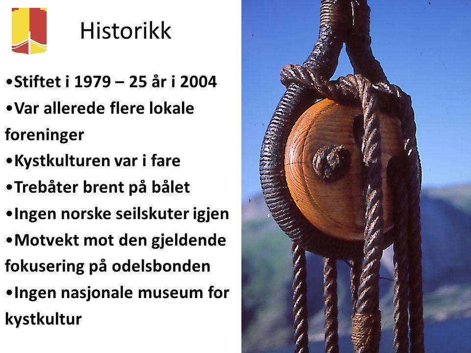 Historikk Stiftet i 1979 – 25 år i 2004 Var allerede flere lokale foreninger Kystkulturen var i fare Trebåter brent på bålet Ingen norske seilskuter i