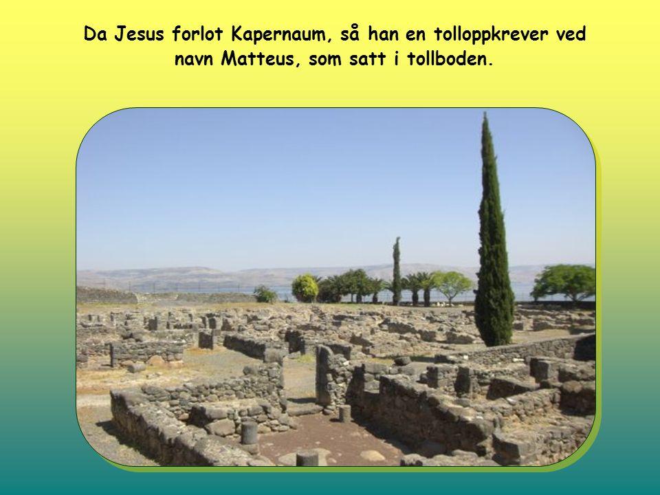 Da Jesus forlot Kapernaum, så han en tolloppkrever ved navn Matteus, som satt i tollboden.