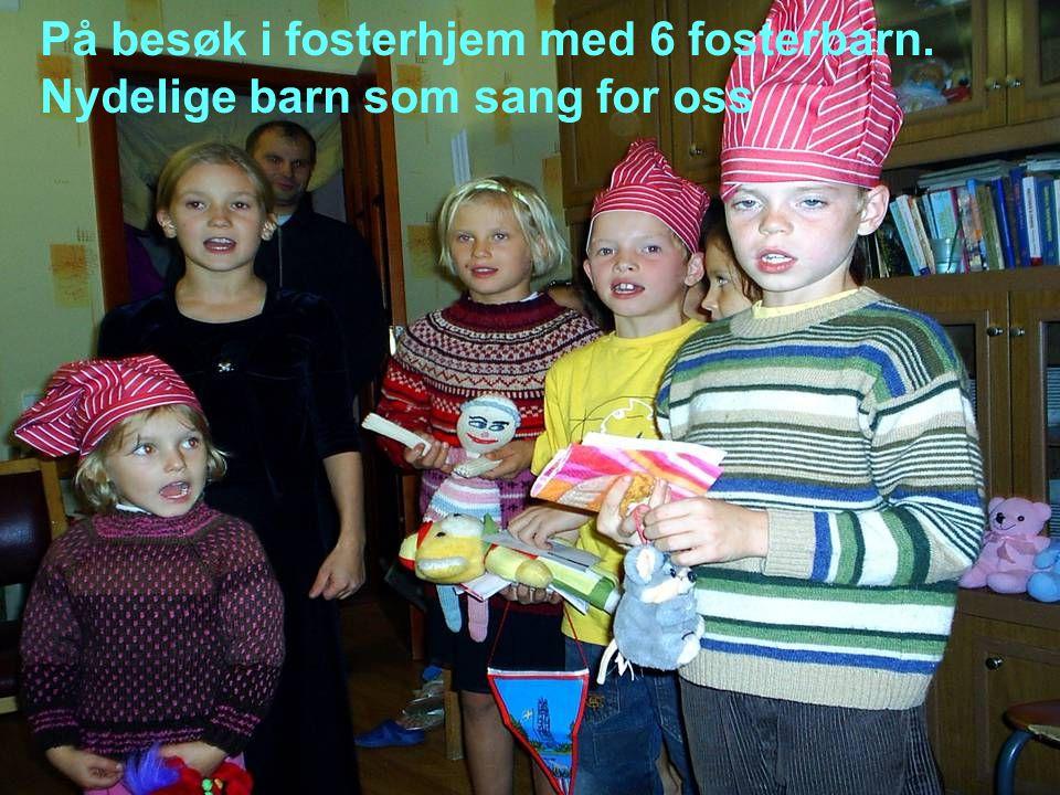 På besøk i fosterhjem med 6 fosterbarn. Nydelige barn som sang for oss