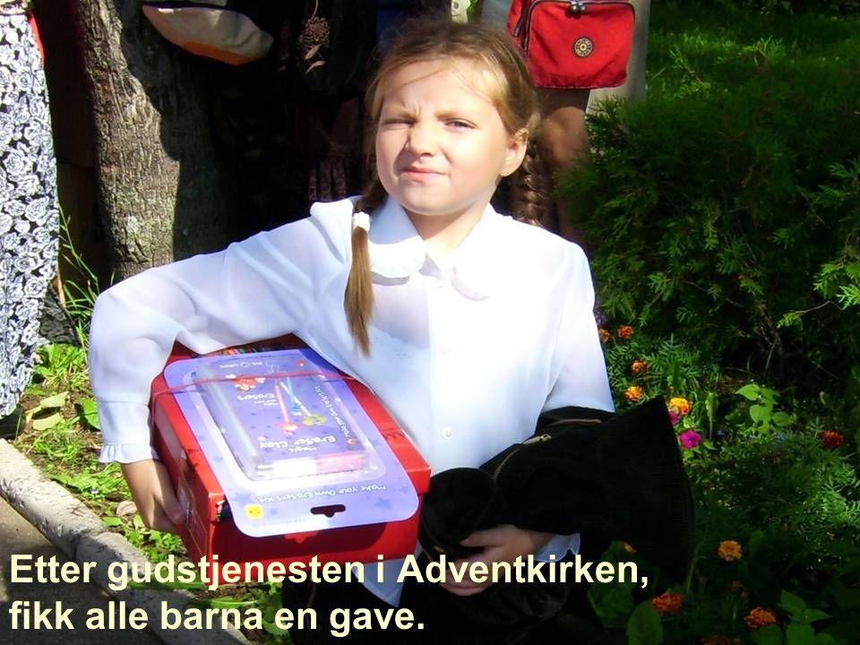 Etter gudstjenesten i Adventkirken, fikk alle barna en gave.