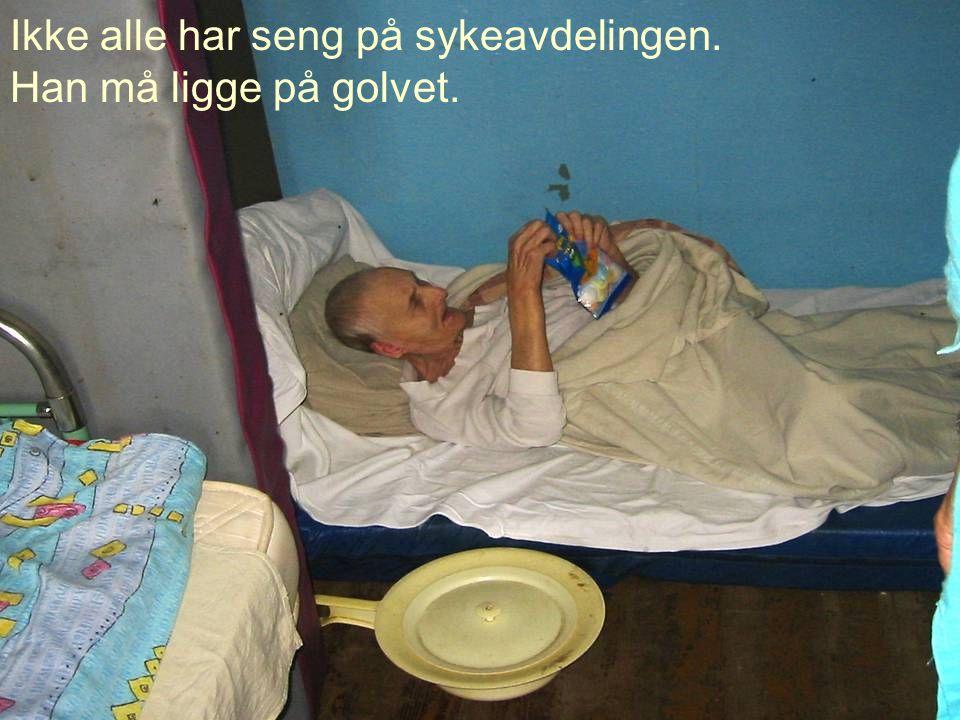 Ikke alle har seng på sykeavdelingen. Han må ligge på golvet.