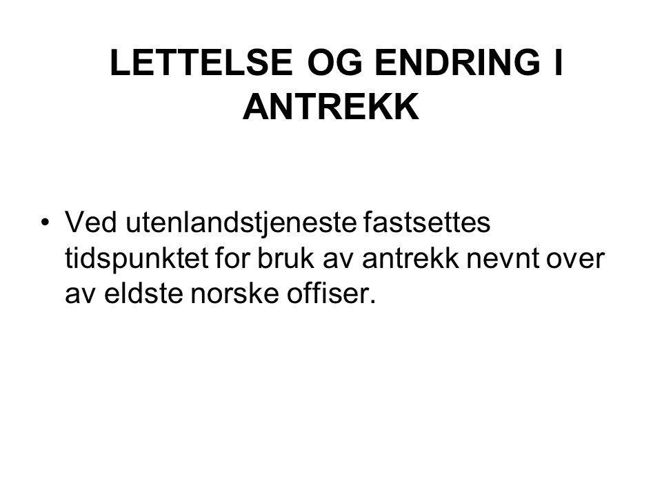 LETTELSE OG ENDRING I ANTREKK Ved utenlandstjeneste fastsettes tidspunktet for bruk av antrekk nevnt over av eldste norske offiser.