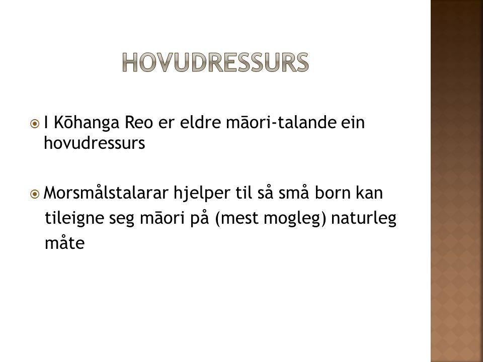  I Kōhanga Reo er eldre māori-talande ein hovudressurs  Morsmålstalarar hjelper til så små born kan tileigne seg māori på (mest mogleg) naturleg måte