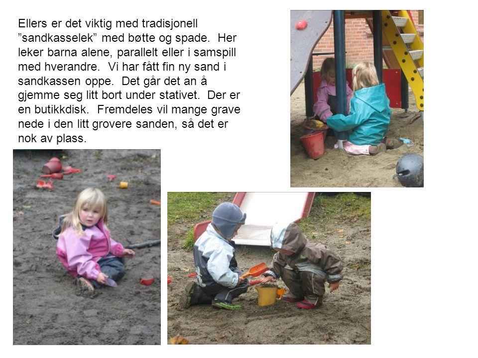 """Ellers er det viktig med tradisjonell """"sandkasselek"""" med bøtte og spade. Her leker barna alene, parallelt eller i samspill med hverandre. Vi har fått"""
