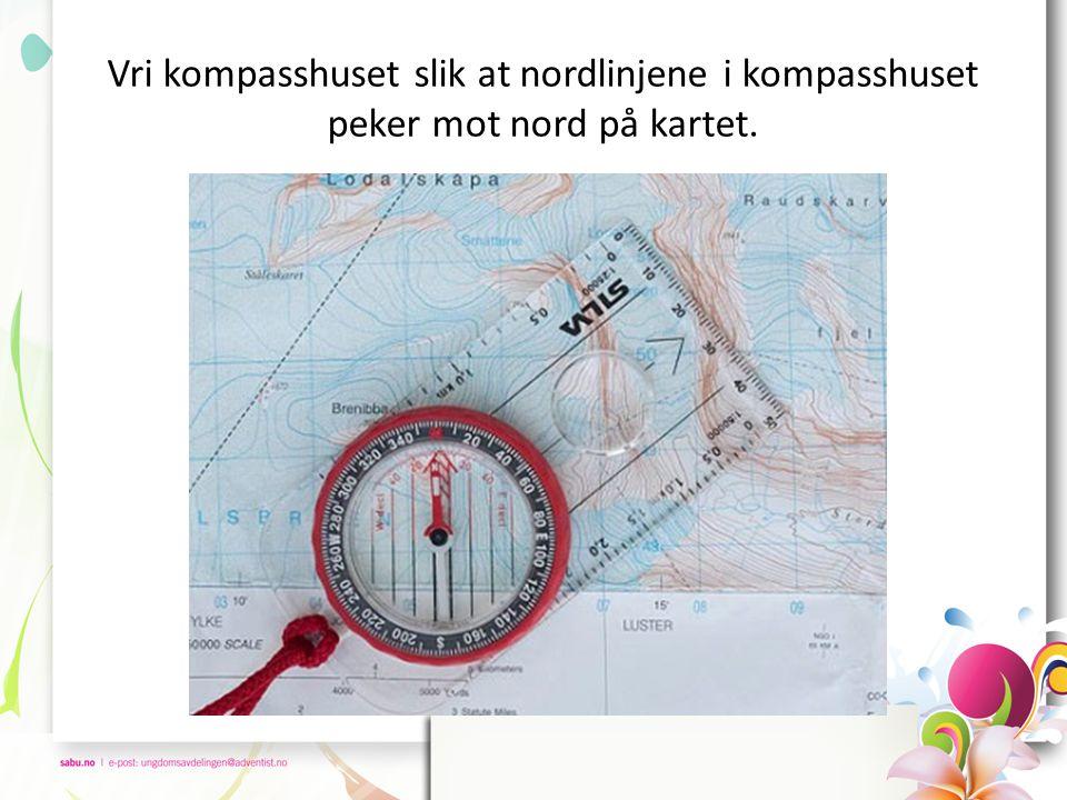 Ta opp kompasset og vri hele kompasset til den røde delen av kompassnåla ligger langs pila inne i kompasshuset.