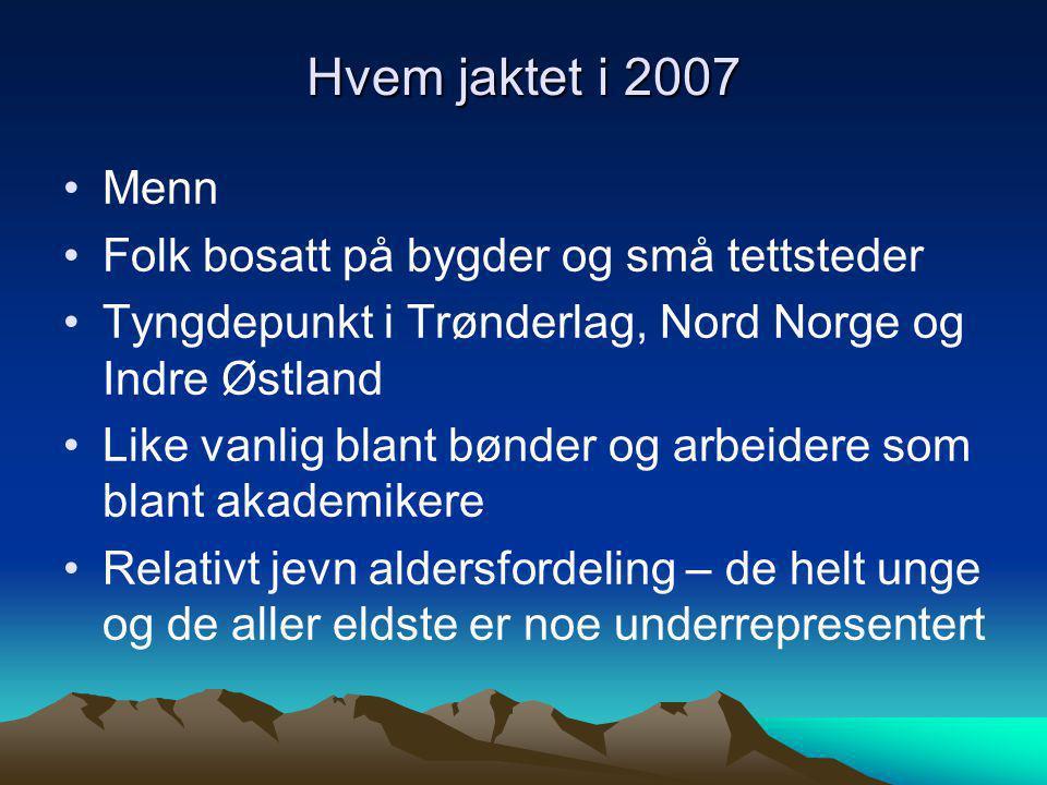 Hvem jaktet i 2007 Menn Folk bosatt på bygder og små tettsteder Tyngdepunkt i Trønderlag, Nord Norge og Indre Østland Like vanlig blant bønder og arbeidere som blant akademikere Relativt jevn aldersfordeling – de helt unge og de aller eldste er noe underrepresentert