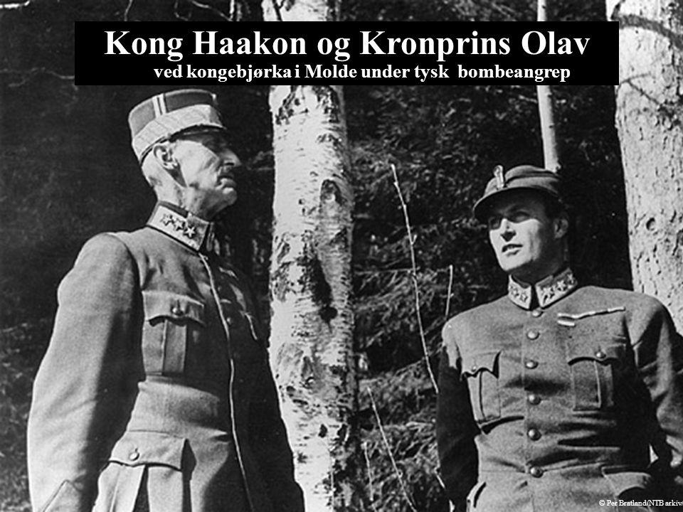 Kong Haakon og Kronprins Olav ved kongebjørka i Molde under tysk bombeangrep © Per Bratland/NTB arkiv/Scanpix
