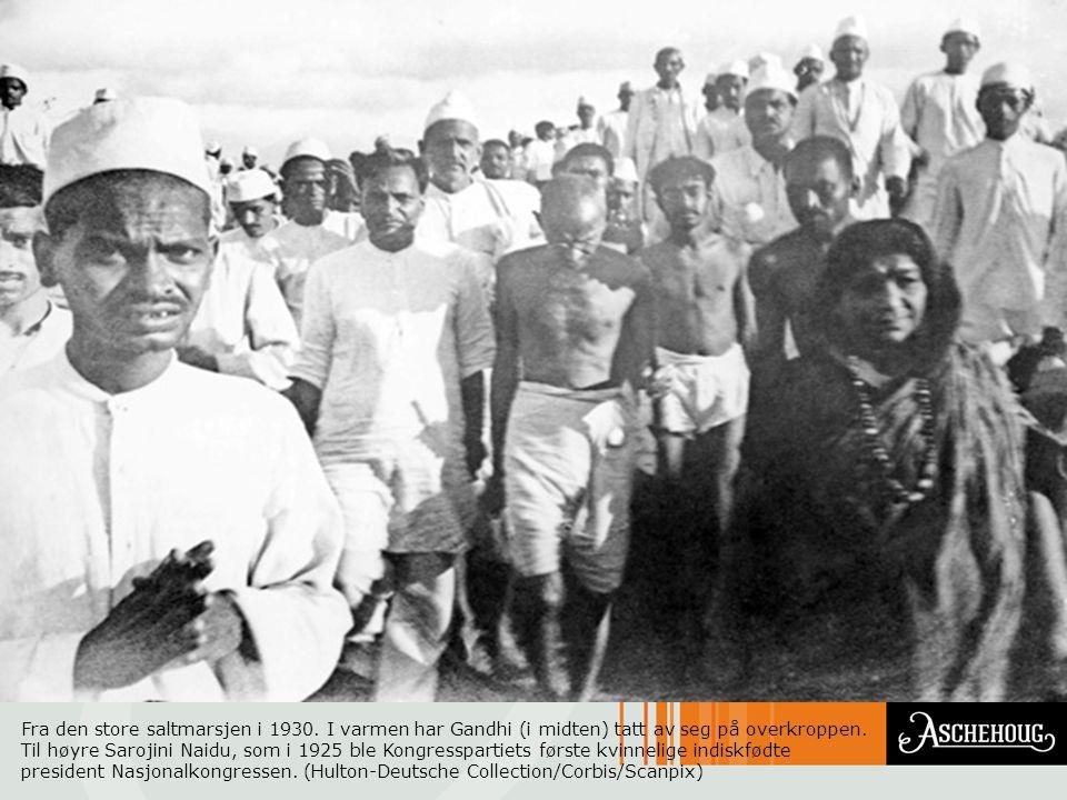 Fra den store saltmarsjen i 1930. I varmen har Gandhi (i midten) tatt av seg på overkroppen. Til høyre Sarojini Naidu, som i 1925 ble Kongresspartiets