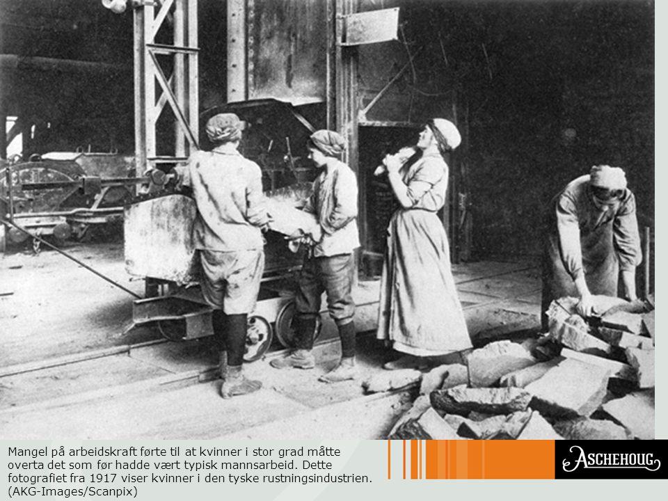 Mangel på arbeidskraft førte til at kvinner i stor grad måtte overta det som før hadde vært typisk mannsarbeid. Dette fotografiet fra 1917 viser kvinn