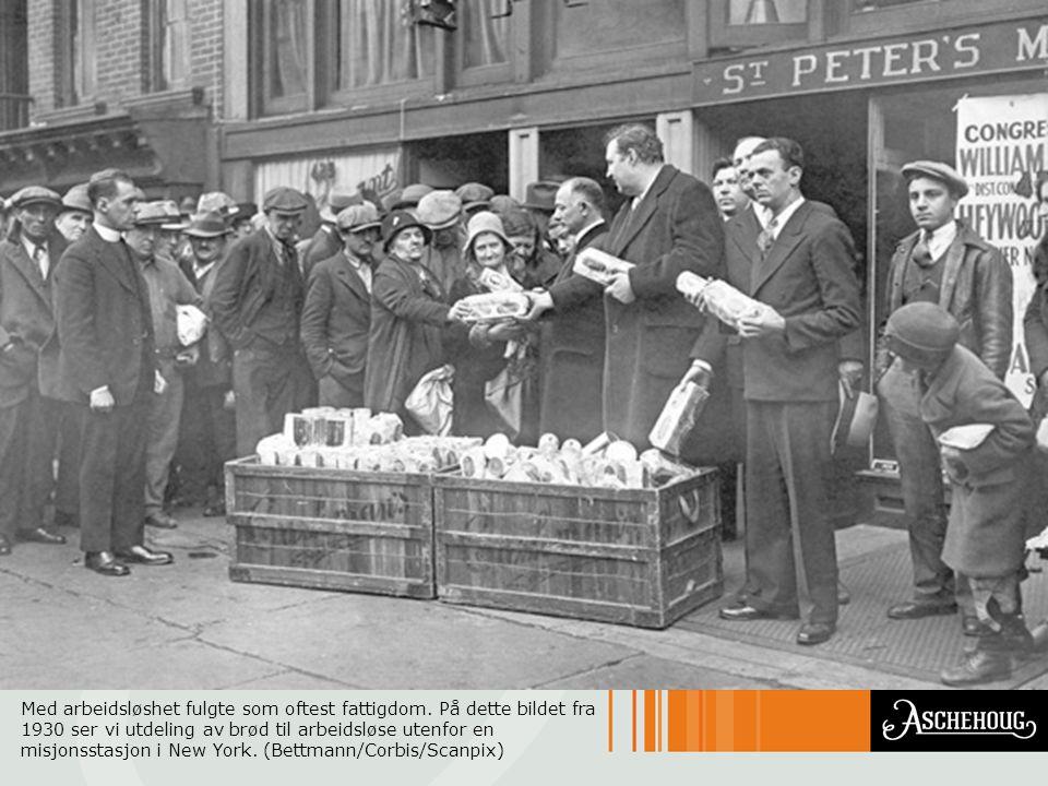 Med arbeidsløshet fulgte som oftest fattigdom. På dette bildet fra 1930 ser vi utdeling av brød til arbeidsløse utenfor en misjonsstasjon i New York.
