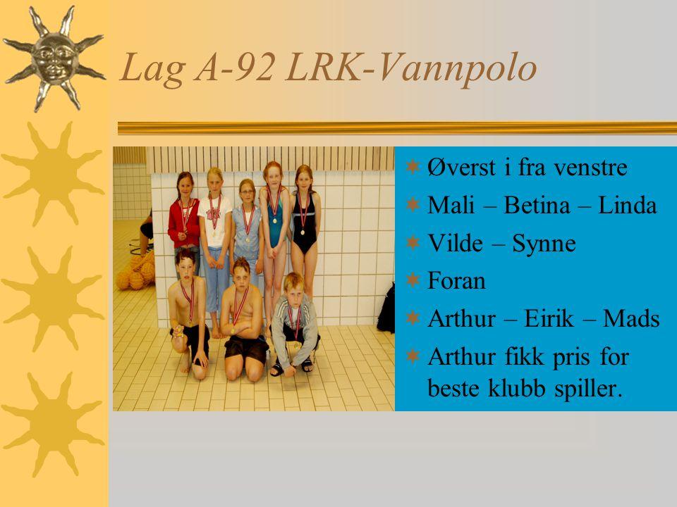 Lag A-92 LRK-Vannpolo  Øverst i fra venstre  Mali – Betina – Linda  Vilde – Synne  Foran  Arthur – Eirik – Mads  Arthur fikk pris for beste klubb spiller.