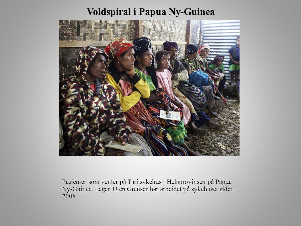 Voldspiral i Papua Ny-Guinea Pasienter som venter på Tari sykehus i Helaprovinsen på Papua Ny-Guinea.