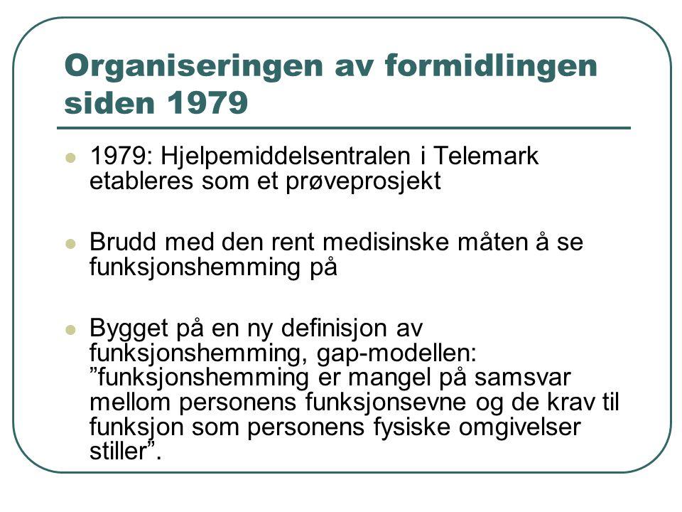 Organiseringen av formidlingen siden 1979 1979: Hjelpemiddelsentralen i Telemark etableres som et prøveprosjekt Brudd med den rent medisinske måten å se funksjonshemming på Bygget på en ny definisjon av funksjonshemming, gap-modellen: funksjonshemming er mangel på samsvar mellom personens funksjonsevne og de krav til funksjon som personens fysiske omgivelser stiller .